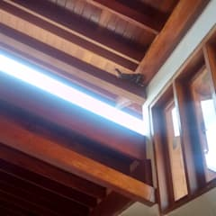Ventanas de estilo  por Arcoterra Arquitetura e Construção, Tropical Madera maciza Multicolor