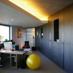 Maison H à Bruxelles: Bureau de style de style Minimaliste par ARTERRA