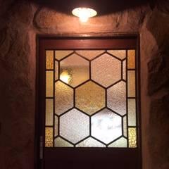 はちみつ屋さんのステンドグラス: ステンドグラス工房すずらんが手掛けた窓です。