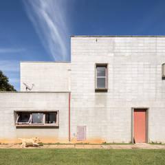 Casa SMPW - Lab606: Casas industriais por Joana França
