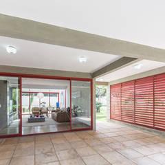 Casa SMPW - Lab606: Garagens e edículas industriais por Joana França