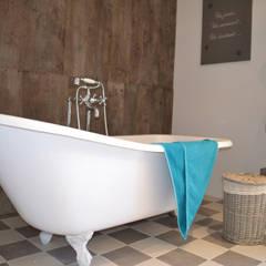 la longère : Salle de bains de style  par Courants Libres