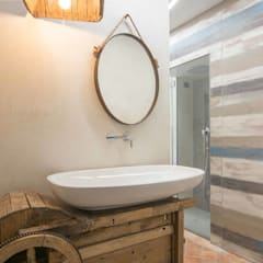 Reclaimed old tool became a brand new sink: Bagno in stile in stile Industriale di Rachele Biancalani Studio - Architecture & Design