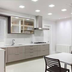 Casa B+E: Cozinhas  por ANDRÉ PACHECO ARQUITETURA