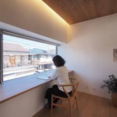 戸手本町の家(リフォーム): アトリエ スピノザが手掛けた書斎です。