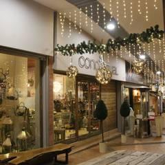 Diseño Implementación Navideña Indiana Mall - Envigado: Pasillos y vestíbulos de estilo  por Ladosur