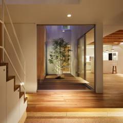 大東の家: アトリエ スピノザが手掛けた廊下 & 玄関です。