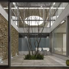 SAKURA SAKURA SAKURA HOUSE: Mアーキテクツ|高級邸宅 豪邸 注文住宅 別荘建築 LUXURY HOUSES | M-architectsが手掛けた庭です。