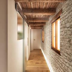 Couloir et hall d'entrée de style  par redesign lab