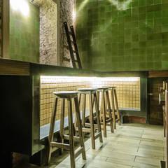 Bares y Clubs de estilo  por Esquiliano Arqs, Colonial