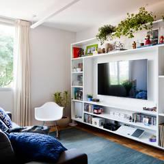 Sala: Salas de estar ecléticas por INÁ Arquitetura