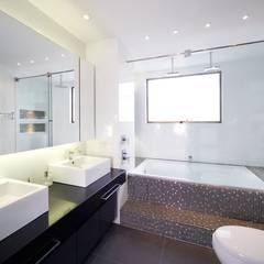 APARTAMENTO ROSALES - Muebles y mesones de baño: Baños de estilo moderno por Mako laboratorio