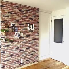 お一人様の贅沢: 高嶋設計事務所/恵星建設株式会社が手掛けた壁です。,