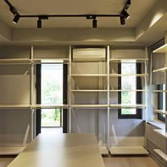 monoblok design & interiors – Tarabya Villa:  tarz Giyinme Odası,