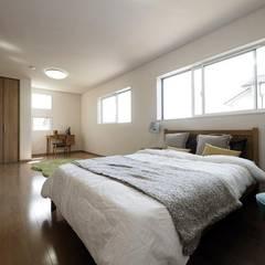 Dormitorios de estilo  por  Live Sumai - アズ・コンストラクション -