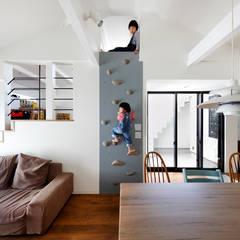 阿倍野の長屋〈renovation〉-5段の距離がいい-: atelier mが手掛けたリビングです。,モダン 木 木目調