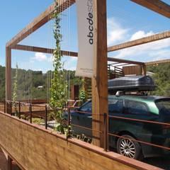 Casa Autosuficiente en el Garraf: Garajes de estilo  de ABCDEstudio