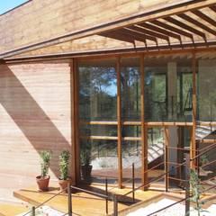 Casa Autosuficiente en el Garraf: Ventanas de estilo  de ABCDEstudio