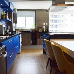 Kitchen by Fabiana Rosello Arquitetura e Interiores, Modern
