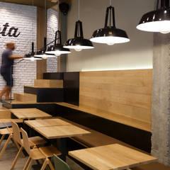Banco corrido zona bar y escalera acceso a restaurante: Bares y Clubs de estilo  de auno50 interiorismo