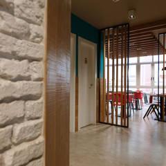 acceso a aseos y restaurante: Bares y Clubs de estilo  de auno50 interiorismo