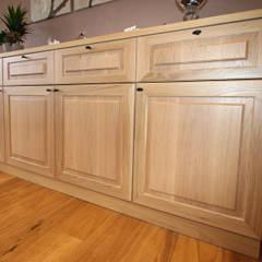 Restyling van een keuken naar de landelijke stijl: landelijke Eetkamer door Sfeerontwerp
