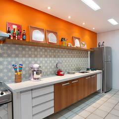 Residência Jardim Botânico 02: Cozinhas  por Adoro Arquitetura