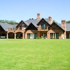 منازل تنفيذ Carbone Fernandez Arquitectos, بلدي