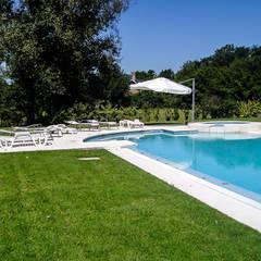 GRECO HOUSE: Piletas de estilo  por Carbone Fernandez Arquitectos