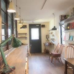店舗部 カフェスペース: ReBORN House レボンハウスが手掛けた窓です。
