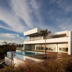 House in Portimão: Casas  por MOM - Atelier de Arquitectura e Design, Lda