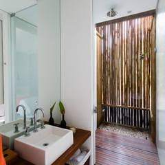 Residência Praia do Forte: Banheiros  por Antônio Ferreira Junior e Mário Celso Bernardes