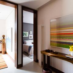Residência Praia do Forte Corredores, halls e escadas tropicais por Antônio Ferreira Junior e Mário Celso Bernardes Tropical