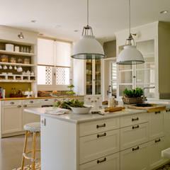 LUMINOSA COCINA DE AIRE SEÑORIAL: Cocinas de estilo  de DEULONDER arquitectura domestica