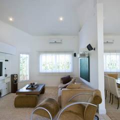 Residencia em Condomínio fechado: Salas multimídia campestres por Lucia Helena Bellini arquitetura e interiores