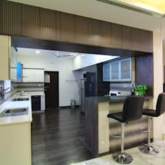 Kitchen with Breakfast Counter: classic Kitchen by KREATIVE HOUSE