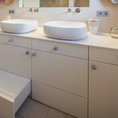 Villa S: moderne Kinderzimmer von BESPOKE GmbH // Interior Design & Production