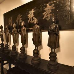 Sala dei Buddha: Soggiorno in stile in stile Asiatico di Thais s.r.l