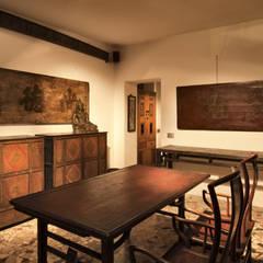Appartamento dell'imperatore: Soggiorno in stile in stile Asiatico di Thais s.r.l