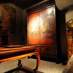 Stanza oro: Soggiorno in stile in stile Asiatico di Thais s.r.l