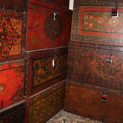 Soppalco dei bauli: Soggiorno in stile in stile Asiatico di Thais s.r.l