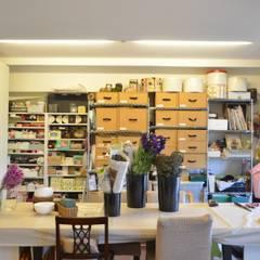 アトリエ: Unico design一級建築士事務所が手掛けた書斎です。