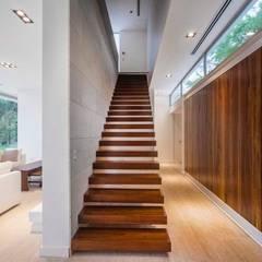 Casa Forte: Pasillos y recibidores de estilo  por Aulet & Yaregui Arquitectos
