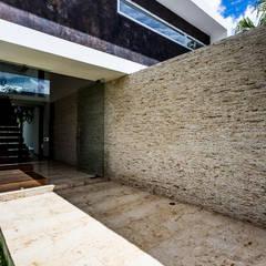 La Casa K27: Pasillos y recibidores de estilo  por P11 ARQUITECTOS