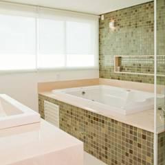 RESIDENCIA CAMPO 2: Banheiros  por Martins Valente Arquitetura e Interiores