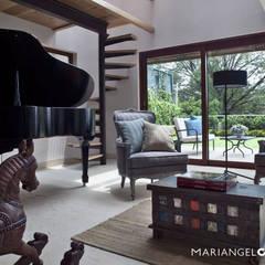 Sala con piano: Salas de estilo  por MARIANGEL COGHLAN