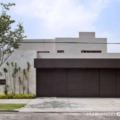 Fachada: Casas de estilo  por MARIANGEL COGHLAN