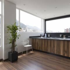Remodelación de Apartamentos: Cocinas de estilo clásico por ODA - Oficina de Diseño y Arquitectura