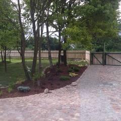 Rabata od strony północnej, przy wjeździe : styl , w kategorii Ogród zaprojektowany przez BioArt Ogrody, Architektura Krajobrazu