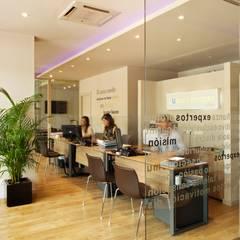 Inmobiliaria Lunallar - Recepción y acceso: Oficinas y Tiendas de estilo  de costa+dos